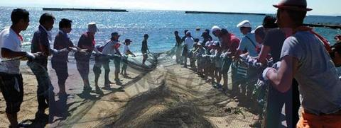 -神戸アグリインバウンド推進事業-外国人が地引き網漁に挑戦!!