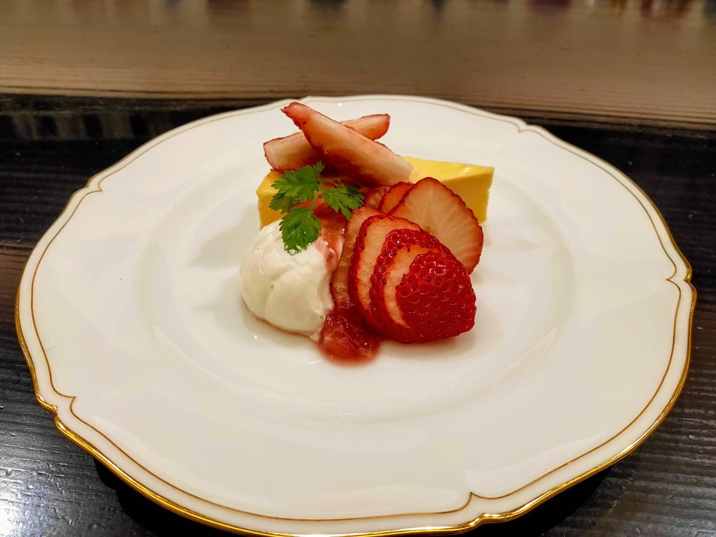 神戸市産いちごのチーズケーキ ヨーグルトクリーム添え